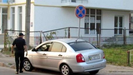 Працівники патрульної поліції Львова паркують свої автомобілі з порушенням ПДР