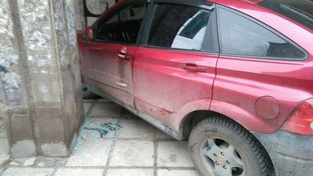 У Львові автомобіль на тротуарі зачепив жінку