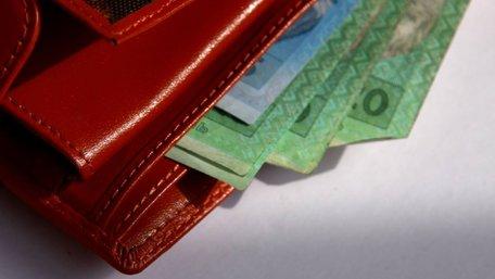 Уряд з 1 травня на 6% підвищить зарплати і соцвиплати