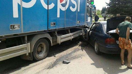 На трасі Львів – Рава-Руська зіткнулися легковик та вантажівка