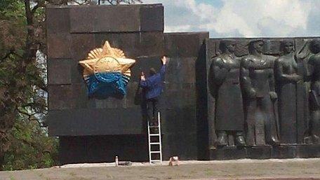 На радянському монументі у Львові гранітні плити замінили фарбованим пінопластом