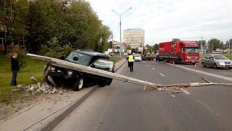 У Львові дитина відволікла маму за кермом, внаслідок чого автомобіль влетів у стовп