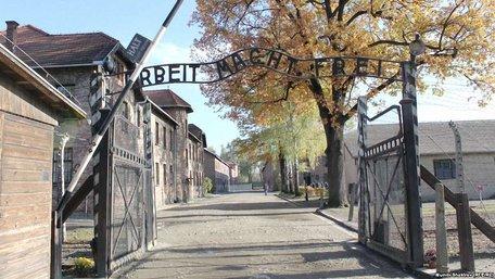 У Польщі засудили туристів за псування воріт колишнього концтабору в Освенцемі