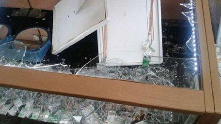 У Києві троє чоловіків, озброєних битою і сокирою, пограбували ювелірний магазин