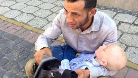 На Закарпатті поліцейські затримали шахрая, який жебракував з чужою хворою дитиною