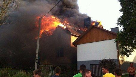 У передмісті Львова горить особняк