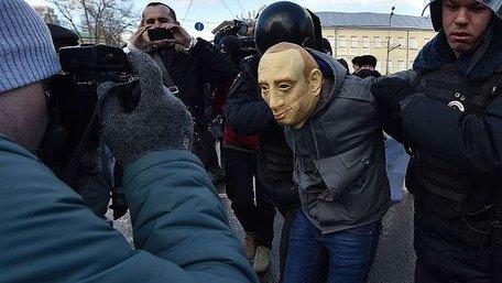 Російські ЗМІ назвали ім'я письменника, який попросив політичного притулку в Україні