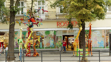 Львівський магазин «Roshen» зняв прикраси з дерев на пл. Галицькій