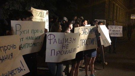 Російські радикали закидали українське посольство в Москві яйцями й помідорами