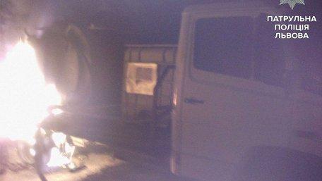 На автостоянці у Львові загорілася вантажівка