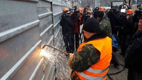 У Києві почали зносити незаконну надбудову на Будинку профспілок