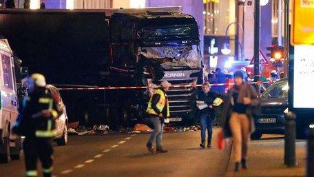 У Берліні вантажівка в'їхала у натовп на різдв'яному ринку, є загиблі і поранені