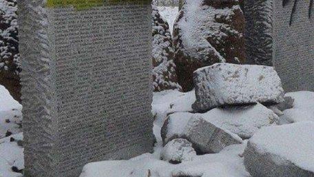 Через зруйнований пам'ятник загиблим полякам на Львівщині поліція відкрила провадження