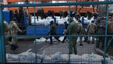Блокувальники каналу NewsOne почали облаштовуватися під будівлею медіа