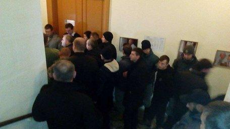 Приймальню мера Львова знову заблокували десятки чоловіків