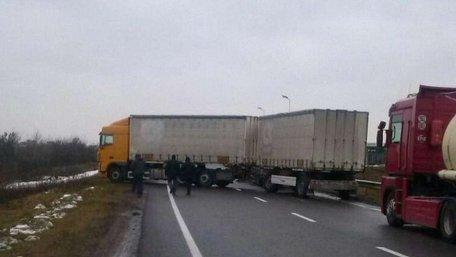 Водії вантажівок заблокували українсько-польський кордон у Краковці