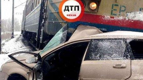 Під Києвом поїзд протаранив машину, яка їхала на червоне світло через залізничний переїзд