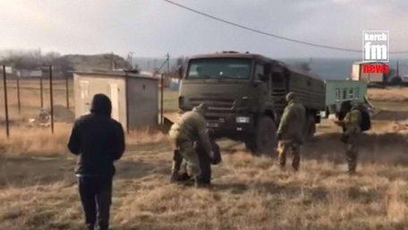 В окупованому Криму люди блокували військові КАМАЗи російських силовиків