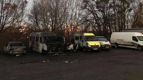 На автостоянці у Львові згоріли два автомобілі та причіп