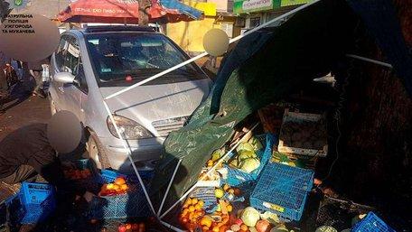 В Ужгороді Mercedes в'їхав у торговий ряд на ринку, є постраждалі