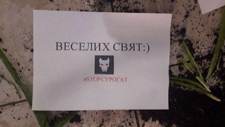 В Івано-Франківську невідомі у шапочках Санта-Клаусів потрощили кафе