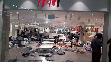 У Південній Африці розлючений натовп погромив магазини H&M через расистську рекламу