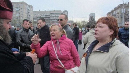Суд відправив під арешт мешканку Дніпра, яка в театрі напала з молотком на бійця АТО