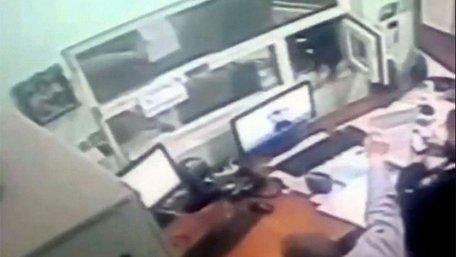 Затриманий за бійку львів'янин дав $20 поліцейському. Тепер  у нього проблеми