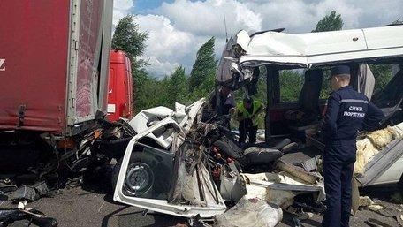 На Житомирщині унаслідок зіткнення вантажівки з мікроавтобусом загинуло 10  людей