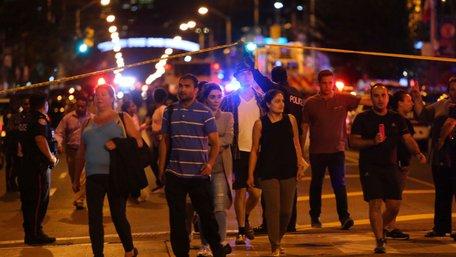 У Торонто озброєний чоловік у чорному відкрив стрілянину по людях біля ресторану