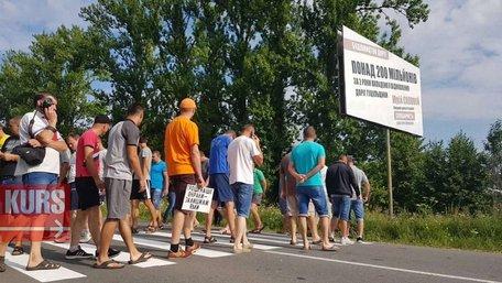 На Івано-Франківщині місцеві жителі перекрили трасу з вимогою відремонтувати дороги