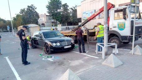 За неправильну парковку у Львові забрали на штрафмайданчик розкішний Bentley Flying Spur
