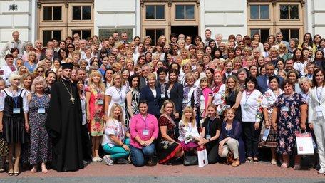 До Львова прибули українські вчителі із 36 країн світу. Фото дня