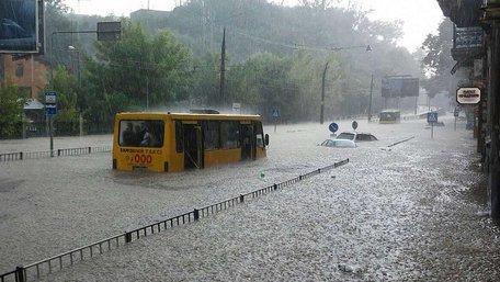 Потужна злива затопила вулиці у Львові. Фото дня
