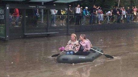 Наслідки масштабної зливи у Львові: човни на вулицях міста