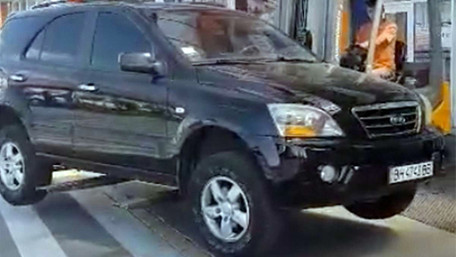 Працівник «Епіцентру»на автонавантажувачі вивозить неправильно припарковане авто. Відео дня