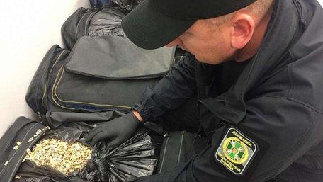 У рейсовому автобусі українець намагався ввезти з Польщі майже 80 кг макової соломки