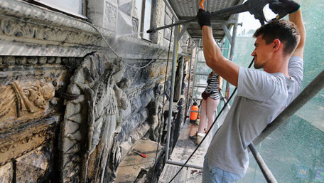 У Львові реставрують унікальну «Чорну кам'яницю», яка насправді виявилась не чорною. Фото дня
