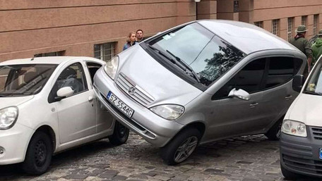 Водійка Mersedes A170 вчинила дивну ДТП в центрі Львова. Фото дня