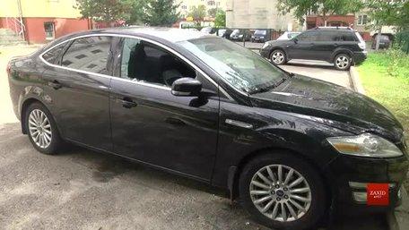 На Сихові невідомі розбили вікно та вкинули гранату в автомобіль кримчанина