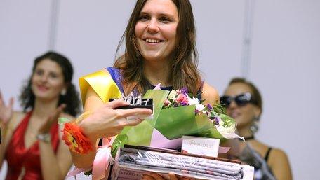 У Львові провели конкурс краси серед незрячих дівчат. Фото дня