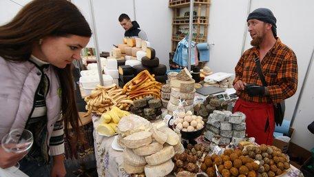 Львів'яни частуються на відкритті Фестивалю сиру і вина. Фото дня