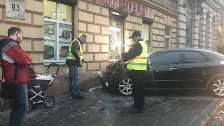У Львові внаслідок ДТП автомобіль виїхав на тротуар та травмував жінку з дитячим візочком
