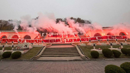 Польські ультрас опублікували фото відвідин цвинтаря орлят у Львові із запаленими фаєрами