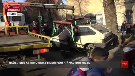 У Львові почали забирати покинуті машини із вулиць міста