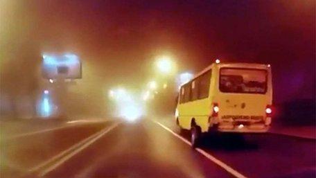 У львівської маршрутки під час руху відпали задні колеса. Інцидент потрапив на відео