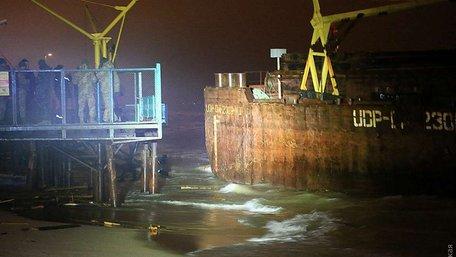 Під Одесою до берега прибило баржу з п'ятьма мільйонами пачок контрабандних сигарет