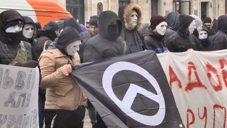 Приїжджі праворадикали в масках влаштували вуличну акцію біля львівської мерії
