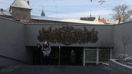 Художники перетворили підземний перехід у центрі Львова на станцію метро. Фото дня