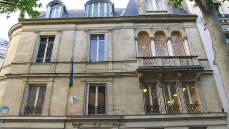 У Парижі «жовті жилети» пошкодили табличку Українського культурного центру